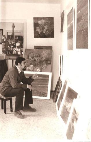 El pintor MIrbelenguer en su estudio de Playa de Puebla de Farnals.Abril 1973